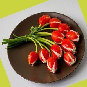 zakuska-iz-pomidorov-tyulpany
