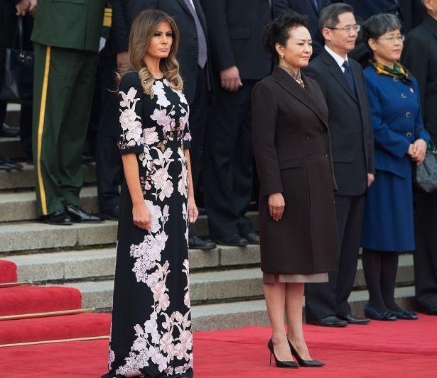 Мелания Трамп рисовала и готовила с китайскими школьниками в платье от Dolce & Gabbana стоимостью в 105 тысяч гривен