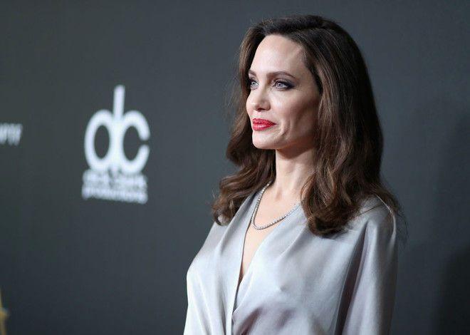 Многодетная мать Джоли вышла в свет в халате и без белья