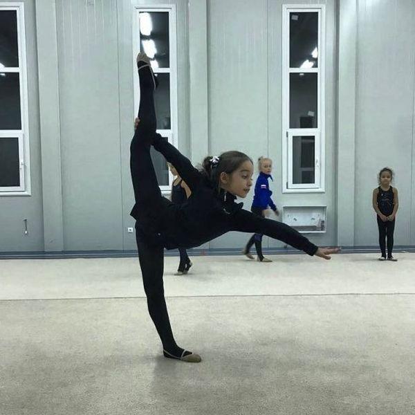 8-летняя дочка Ксении Бородиной впечатлила растяжкой (ФОТО)