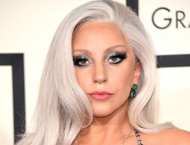 Принцесса персиков: Леди Гага в бикини позирует на пляже в Майами (ФОТО)