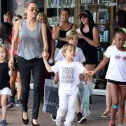 Джоли разрешит Питту больше видеться с детьми