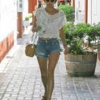 Алессандра Амбросио показала стройные ноги