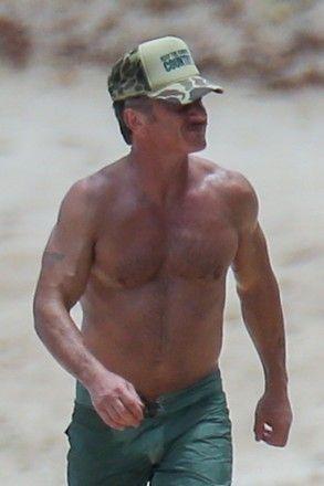 57-летний Шон Пенн показал идеальный торс на пляже