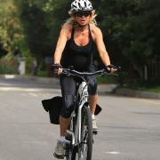 Подтянутая красотка: Голди Хоун на велопрбежке, и это в 72 года