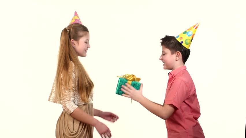 Что подарить девочке на день рождение?