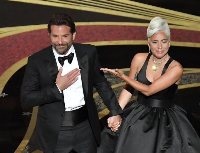 """Леди Гага и Брэдли Купер трогательно выступили на церемонии """"Оскара"""" с песней Shallow"""