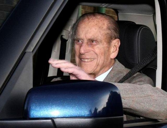 Муж Елизаветы II, принц Филипп, отказался от водительских прав после аварии