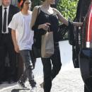 Джоли вышла на прогулку в майке на голое тело