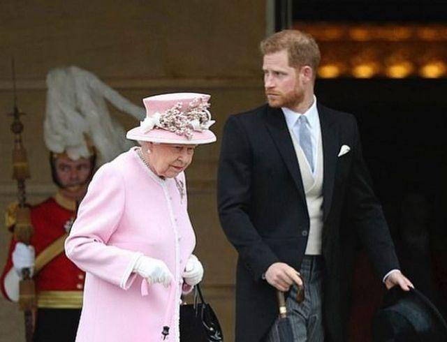 Елизавета II вместе с принцем Гарри и другими внуками блеснула на вечеринке в Букингемском саду (ФОТО)