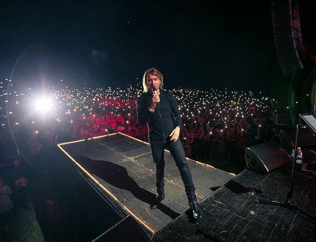 Олег Винник дал трогательный концерт на малой родине в память о родителях
