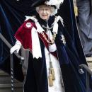 Слугам королевы запретили сметать крошки со стола