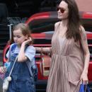 Джоли показала руки худее, чем у ее 10-летней дочки
