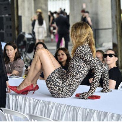 Кардашьян улеглась на стол во время встречи с президентом