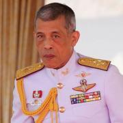 Плюс одна супруга: король Таиланда официально женился на своей любовнице