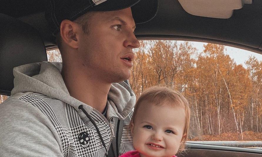 Необразцовый родитель: Тарасов водит машину с дочкой на руках