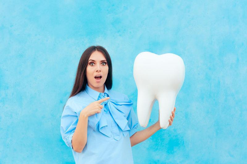 Стоматолог удалил пациенту самый длинный в истории зуб
