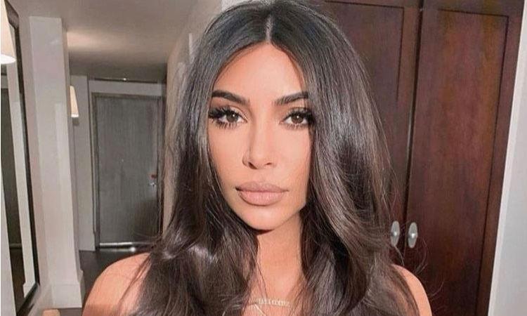 Так ли идеальна? Ким Кардашьян прячет лицо без макияжа от папарацци