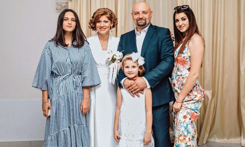Елена Бирюкова: «Дочки стали нас доканывать, почему не женаты»