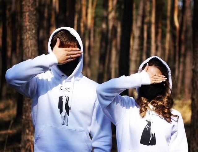"""Белые толстовки, кеды и маски: актеры """"Первых ласточек"""" и """"Новенькой"""" поженились на карантине"""