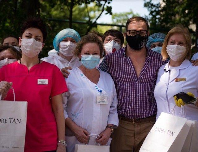 Украинский дизайнер Андре Тан подарил врачам платья, поблагодарив их за борьбу с пандемией