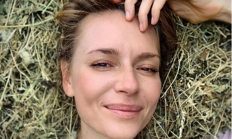 42-летняя Любовь Толкалина встала на идеальный «мостик»