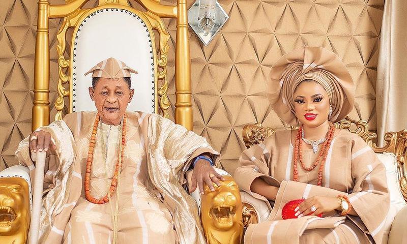 81-летний правитель Ойо отпраздновал 22-летие подаренной ему жены