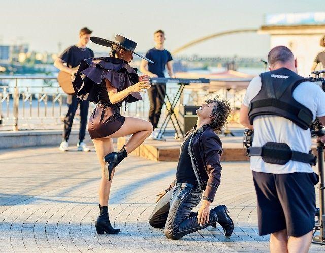 Осторожно, горячо! Michelle Andrade устроила латиноамериканские танцы в центре Киева (ФОТО)