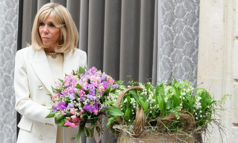 67-летняя Брижит Макрон подчеркнула стройную фигуру слитным купальником