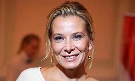 47-летняя Высоцкая сделала фото топлес в одних мини-шортах